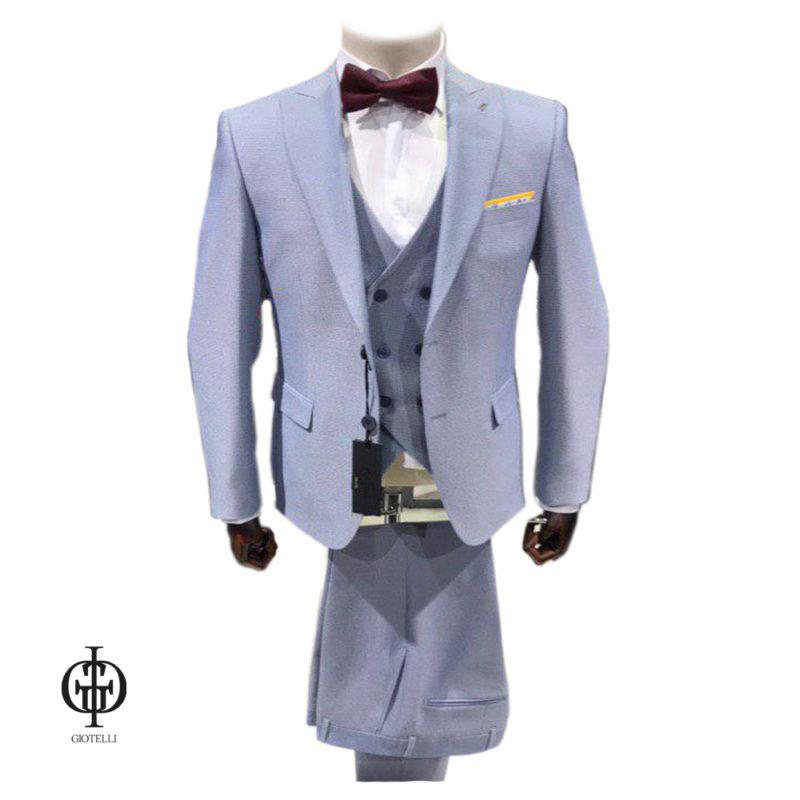 Светло-серый костюм жениха