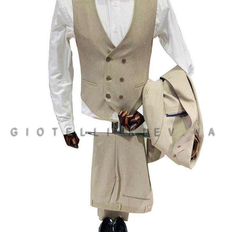 Светлый костюм с жилетом